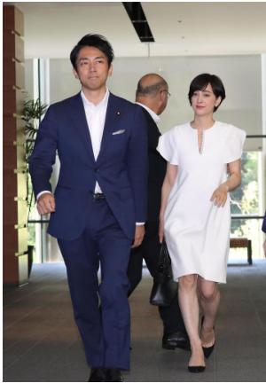 滝川クリステルさん結婚報告で着用白のワンピースブランドどこ?